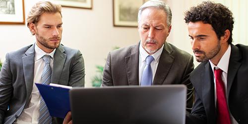 personnes-d'affaires-au-travail-ensemble-dans-un-bureau