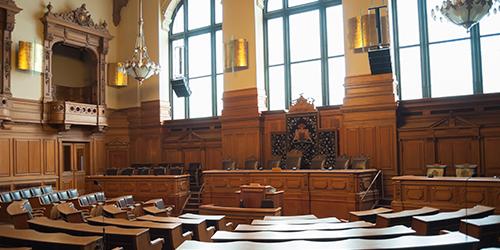 Salle de tribunal décor en bois
