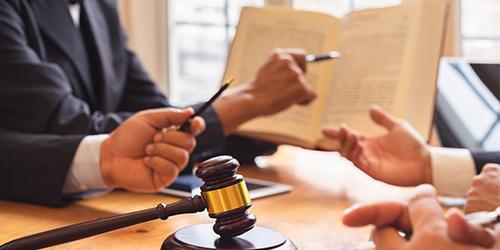 Homme d'affaire discutant avec le juge mains et marteau de justice