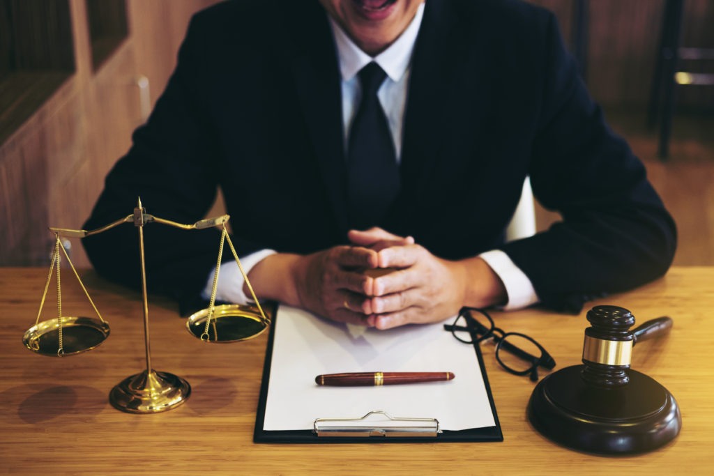 Juge marteau avec des avocats de la Justice, homme d'affaires en costume ou avocat travaillant sur un document. Concept de droit, de conseil et de justice.
