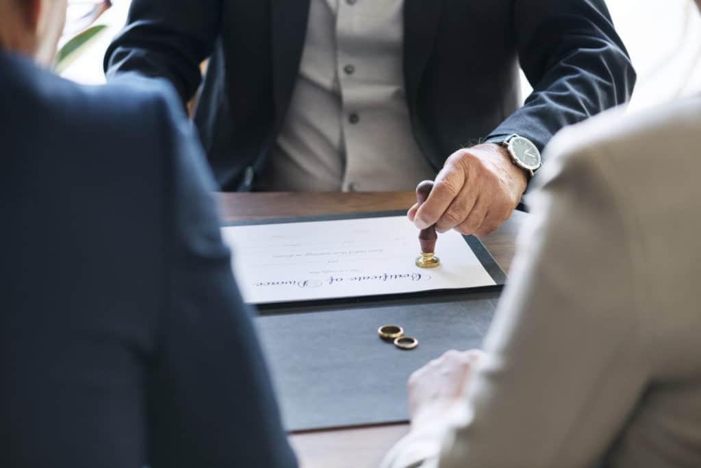 couple-divorce-contrat-chez-avocats