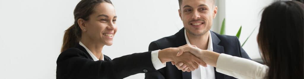 Jeunes qui signent un contrat et sert la main du manager